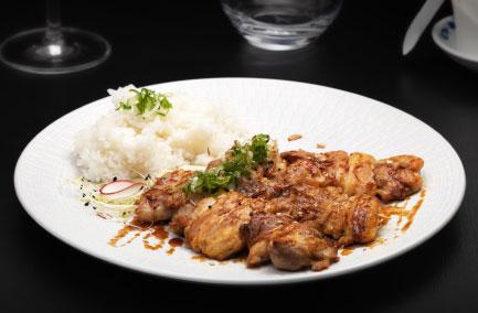 3 brochettes de poulet dans une assiette blanche