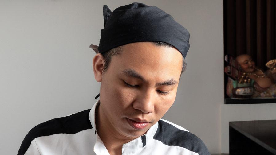 gros plan du visage du Duy Phong un les cheveux recouverts d'un turban