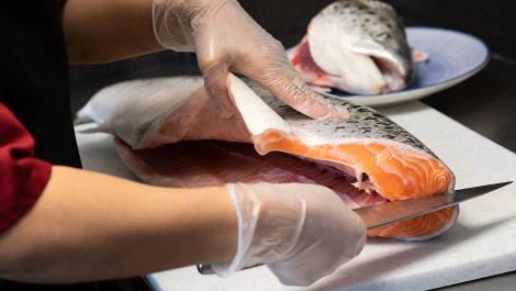 decoupage au couteau d'un saumon