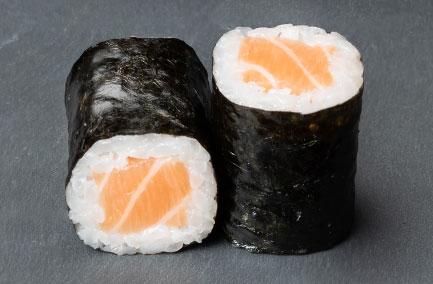 Deux hosomakis au saumon sur une plaque en ardoise