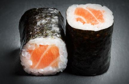 Deux hoso maki saumon sur une plaque en ardoise