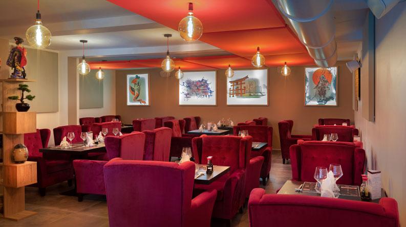 salle de restaurant japonais avec de grands fauteuils rouges