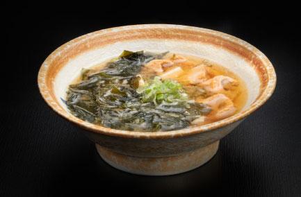 bol de soupe miso posé sur une table noire