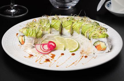 Assiette végétarienne de futo maki sur une table noire