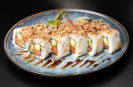 Assiette de futo maki avec des oignons grillés dessus
