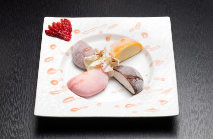 quatre morceaux de glace givrée servis dans une assiette rectangulaire blanche