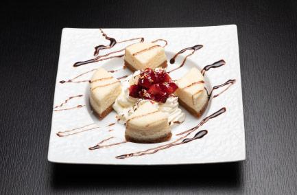 Mini cheese cake yuku servi dans une assiette rectangulaire blanche