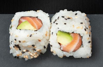 Deux naka makis au saumon sur une plaque en ardoise